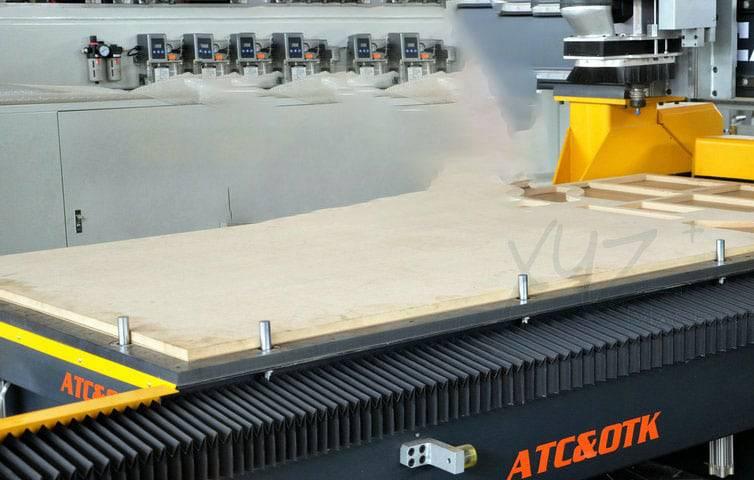 Holzbearbeitung mit einer CNC Portalfräse von XYZ Machinery
